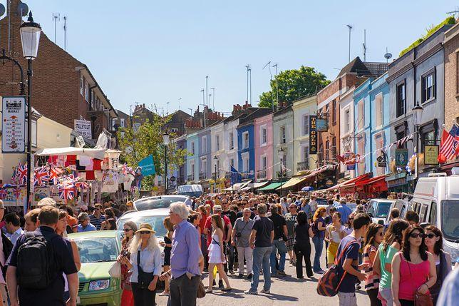 Mieszkańcy Notting Hill mają dosyć turystów. Całymi dniami pozują przed ich domami