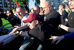 """Przepychanki i race przed Teatrem Powszechnym. Protest  przeciwko """"Klątwie"""""""