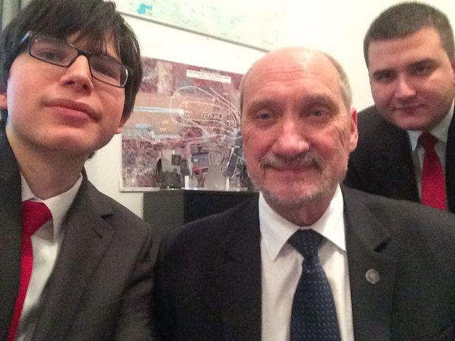 MON potwierdza: Edmund Janniger, młody asystent Antoniego Macierewicza, nie pracuje już w resorcie