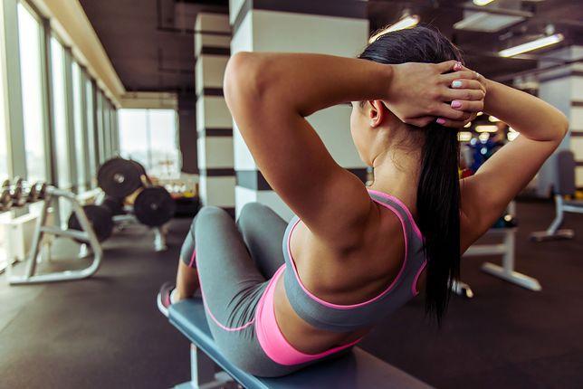 Przed treningiem na siłowni warto zapoznać się z maszynami do ćwiczeń