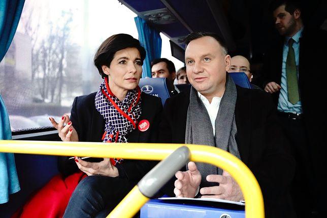 Andrzej Duda podczas podróży dudabusem. Obok szefowa jego kampanii Jolanta Turczynowicz-Kieryłło.
