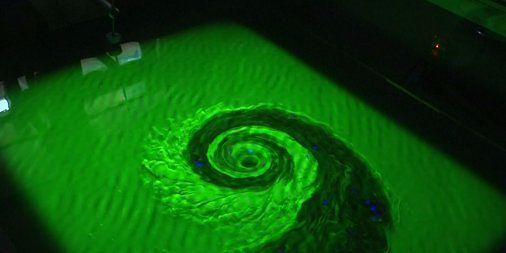 Co dokładnie dzieje się wokół czarnych dziur? Naukowcy postanowili sprawdzić to za pomocą...gigantycznej wanny. Zobacz nietypowe badanie!