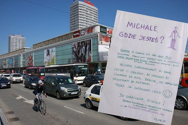 Nietypowe ogłoszenie w centrum Warszawy. Tak blondynka szuka swojego amanta