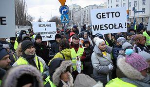 Oburzeni mieszkańcy Wesołej i Sulejówka podczas protestu po decyzji rządu w sprawie przebiegu trasy wschodniej obwodnicy Warszawy