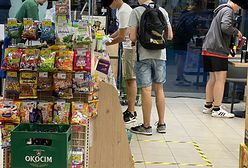 Do Żabki bez maseczki? Sieć upomina sprzedawców i zwraca uwagę na problem przepisów