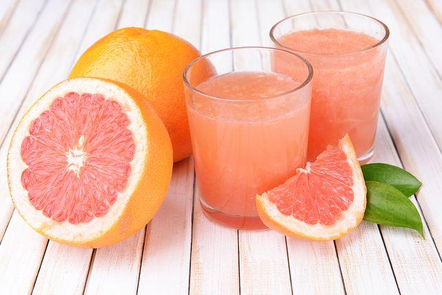 Grejpfrut czerwony to prawdziwa bomba witaminowa. Picie soku z czerwonego grejpfruta wpływa na nasze zdrowie równie korzystnie, jak jedzenie owocu