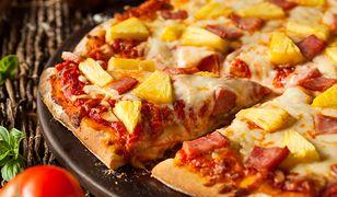 Pizza z ananasem. Większość wybrzydza, a tymczasem jest to bardzo popularna pizza wśród Polaków.