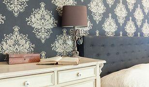 Elegancka tapeta może zgrać się np. z materiałem obiciowym łóżka w sypialni