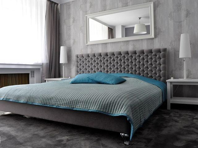 Czym wykończyć ścianę za łóżkiem? Kolorem