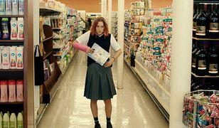 """23-letnia Irlandka Saoirse Ronan w filmie """"Lady Bird"""" wcieliła się w rolę amerykańskiej licealistki."""
