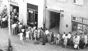 """Gdy w sklepach pojawiały się towary """"luksusowe"""", przed wejściem ustawiały się ogromne kolejki"""