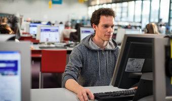 Pierwsza praca programisty - jak ją znaleźć? Ile można zarobić?