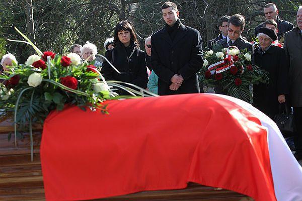 Wdowa Zuzanna Kurtyka z synem Pawłem w czasie uroczystości pogrzebowych Janusza Kurtyki