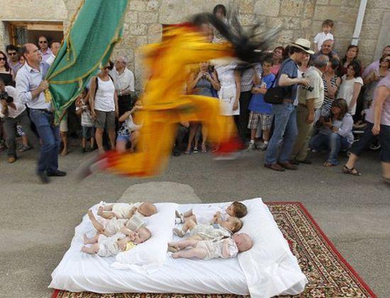 Diabły, które skaczą nad niemowlętami - zdjęcia