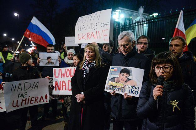 Demonstracja ws. Nadii Sawczenko przed ambasadą Rosji