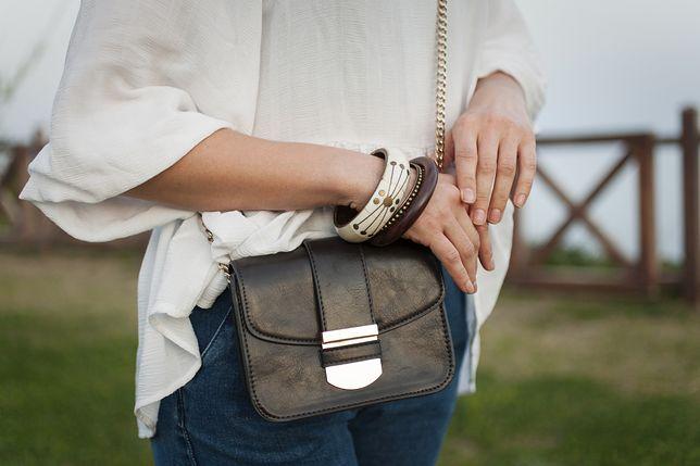 Niezawodna torebka na łańcuszku. Do jakiej stylizacji pasuje i jakie wersje są modne?