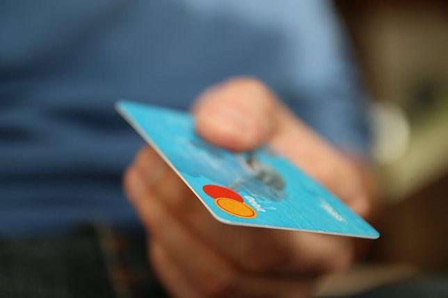 Śląsk. 41-letni mężczyzna z Żor przez dwa dni aż 30 razy włamał się na cudze konto bankowe.