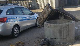 Dzięki pomocy policjantów, udało się uratować 53-latka, który wpadł do studni