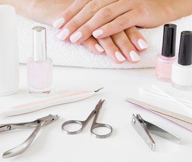 Białe paznokcie to uniwersalny manicure, który pasuje do każdej stylizacji.