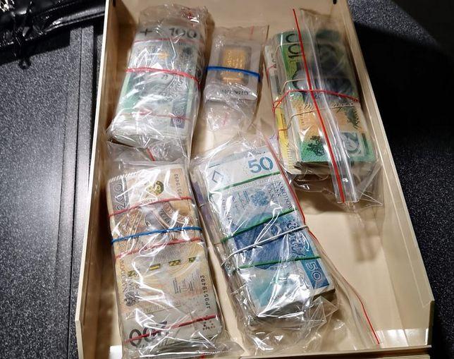 Policjanci z Krakowa zabezpieczyli sztabki złota oraz pieniądze w różnych walutach o równowartości 200 tys. zł. (Fot: KWP Kraków)(Fot: KWP Kraków)
