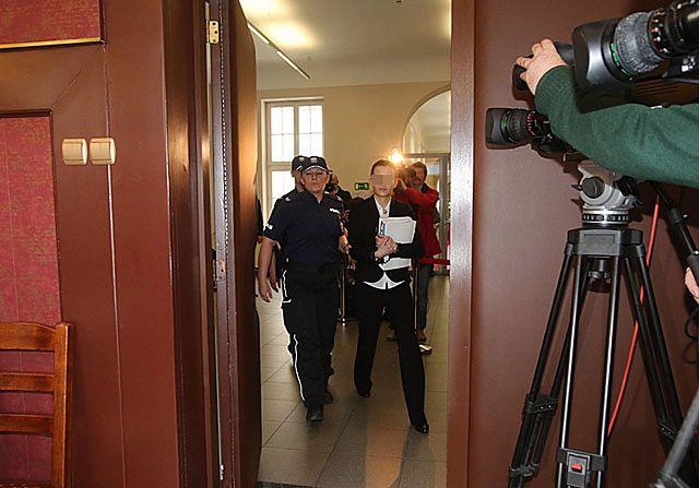 Katarzyna W. w błyskach fleszy przed sądem - zdjęcia