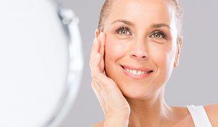 Zmarszczki są naturalną konsekwencją starzenia się skóry, ale nie jedyną