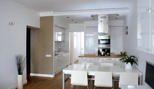 Białe mieszkanie z drewnianą podłogą. Zobacz zdjęcia pięknych wnętrz w bieli