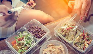 Najbardziej ekonomicznym rozwiązaniem dla osób, które myślą o przejściu na dietę, jest przygotowanie zdrowego jedzenia w domu i zabieranie w lunch boksie do pracy.
