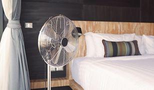 Zgrabny wentylator w kolorze stali będzie eleganckim dodatkiem do salonu lub sypialni