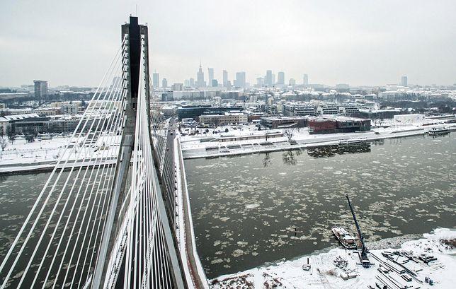 Warszawa. Widok na Wisłę i jej lewy brzeg, w tle wieżowce w centrum stolicy, 10 stycznia 2019 r.