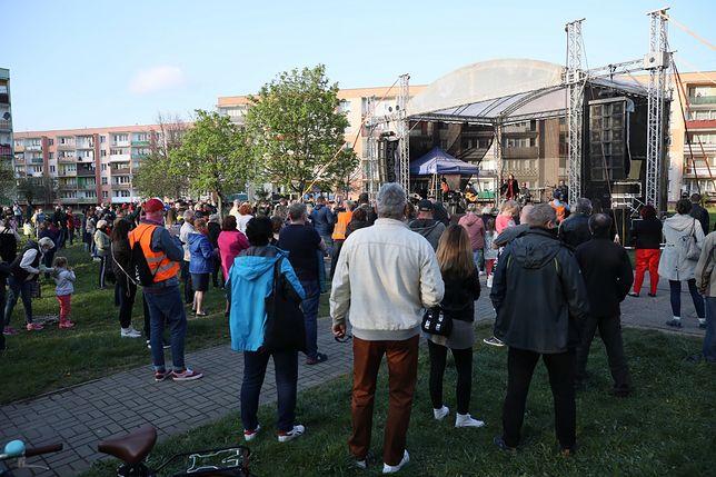 Koronawirus. Policja chce kar za koncert między blokami. Reakcja ministra