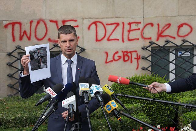 Napisy na gmachu MEN. Dariusz Piontkowski: to idioci i barbarzyńcy