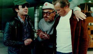 """Jerzy Karaszkiewicz, Andrzej Konic i Emil Karewicz na planie serialu """"Życie na gorąco"""" (1978)"""