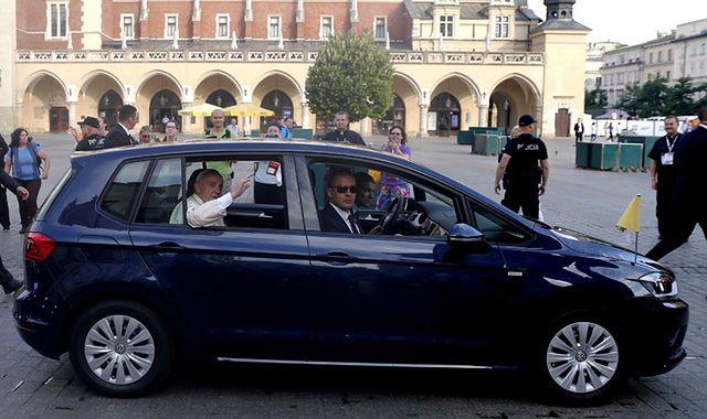 Samochody papieża Franciszka podczas wizyty w Polsce