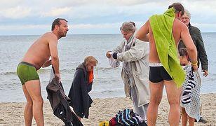 Anna Seniuk z rodziną na plaży w Dębkach
