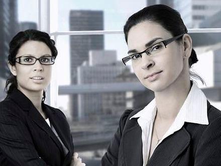 Makijaż kobiety w okularach