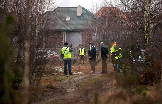 Kamil N. podczas wizji lokalnej na miejscu zabójstwa swoich rodziców w Rakowiskach
