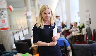 Była posłanka Nowoczesnej Joanna Schmidt w Sejmie. W tle protestujący opiekunowie i osoby niepełnosprawne