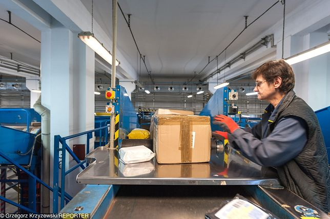 Urzędnicy skarbowi szukają w paczkach towaru do oclenia