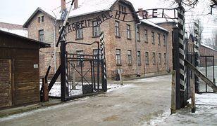Osławiona brama obozu Auschwitz-Birkenau.