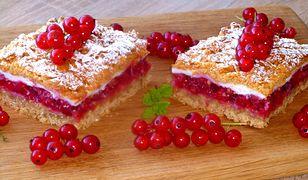 Kruche ciasto z czerwoną porzeczką