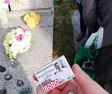 Takie zapałki rozdawano na cmentarzu w Skarżysku.