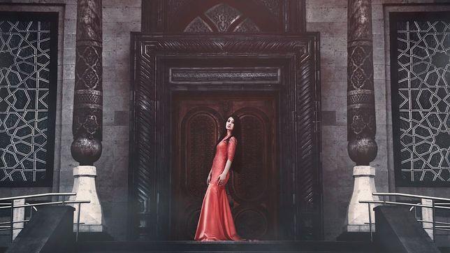 Sukienka maxi nadaje się również do noszenia zimą i późną jesienią
