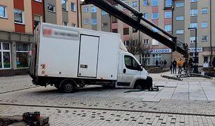 Niecodzienny wypadek w Szczecinie. Kurierzy wylądowali w fontannie
