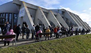 Szczecin. Seniorzy wyczekują na szczepienie w długiej kolejce