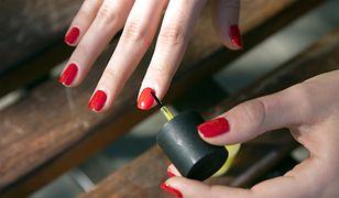 Ładne paznokcie ozdabiają dłonie kobiety. Odpowiednie malowanie paznokci to klucz do profesjonalnego manicure