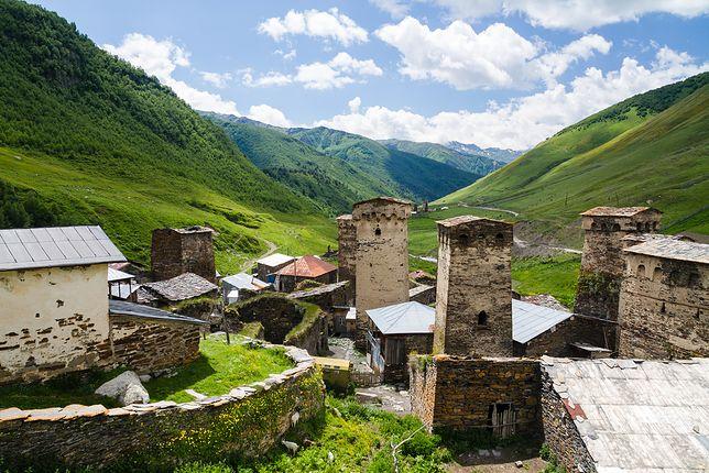Tutejszy krajobraz zachwyca. Szczególnie osady położone wśród wzgórz, o zboczach w kolorze głębokiej zieleni
