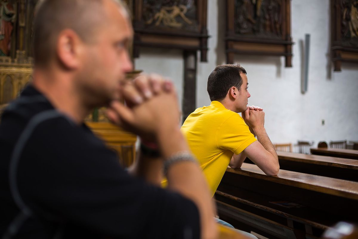 Plażowicze w Kościele. Jak się ubrać na mszę w upał?