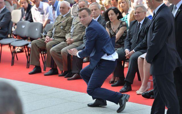 Andrzej Duda tańczy i śpiewa z Arką Noego oraz... łapie hostię