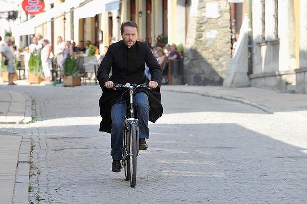 Ojciec Mateusz na swym rowerze pędzi rozwiązywać zagadkę. Tym razem ma dość niesmaczny orzech do zgryzienia